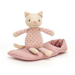 kissa pehmolelu ja makuupussi